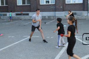 Ich beim Fußballspielen mit den Kindern der Unterkunft.