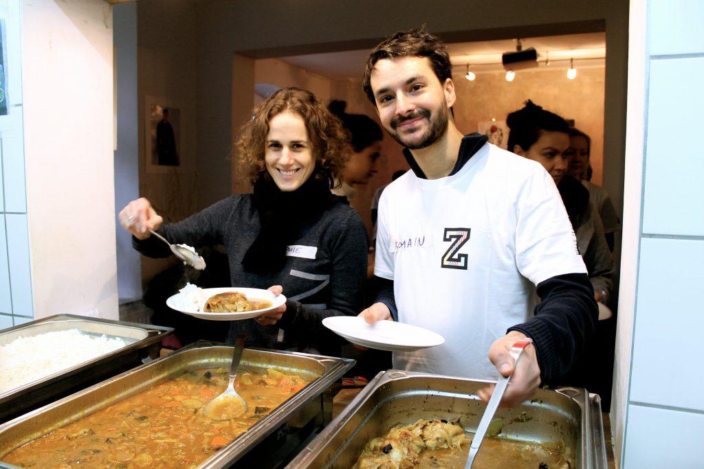 zwei vostel Freiwillige bei der Obdachlosenhilfe