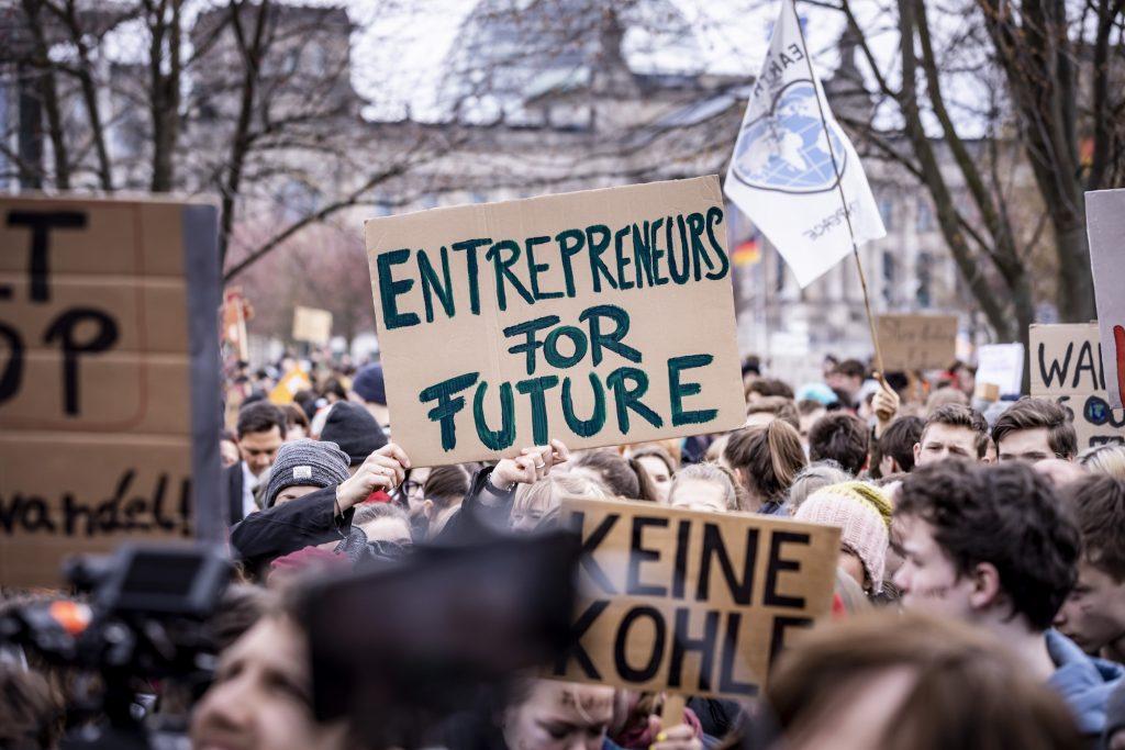 Demo mit vielen Klimaaktivisten, u.a. mit einem Schild der Entrepreneurs for Future