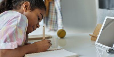 Ein Kind macht sich Notizen