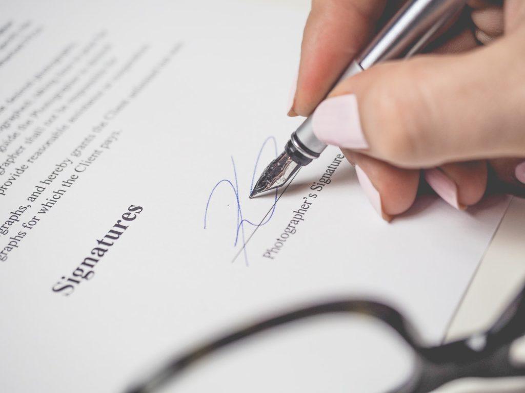 Hand, die Vertrag unterschreibt