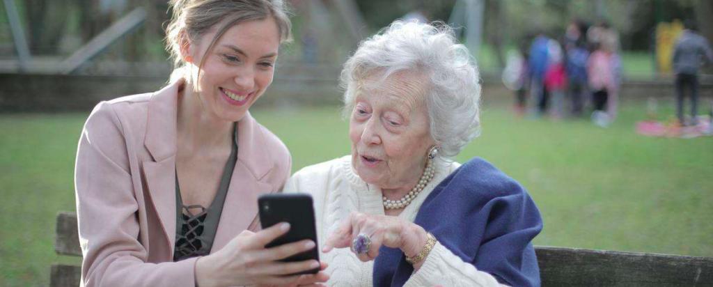 jüngere und ältere Frauen schauen zusammen auf ein Smartphone