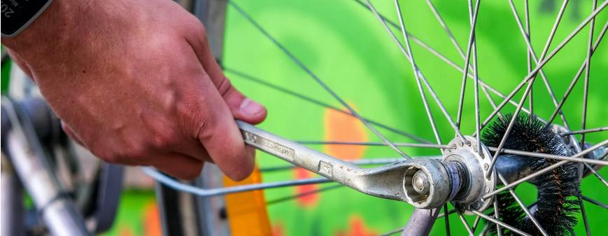 draußen in der Natur engagieren, z.B. beim reparieren von Fahrrädern